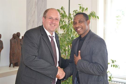 Auch Bürgermeister Dr. Alfred Pohl heißt den neuen Provisor herzlich Willkommen und wünschte ihm für die Zukunft alles Gute.  (Foto Stadtgemeinde Mistelbach)