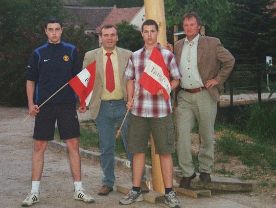 Jahrgang 1990: Alexander Rossak u. Jakob Koschuttnig mit Stadtrat Martin Scheiner u. Ortsvorsteher Franz Bogner