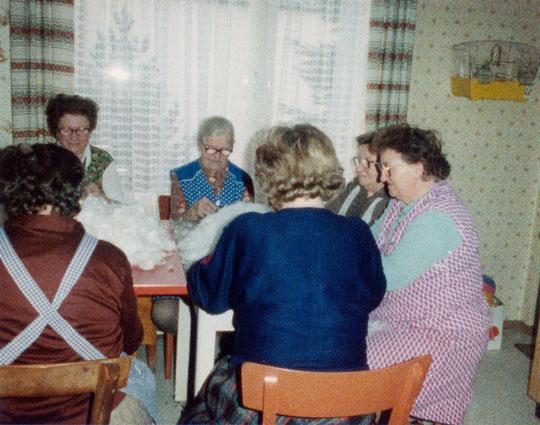 Hörersdorf: Federnschleißen bei Fam. Aurelia u. Josef Brüstl im Jahr 1989 - Foto von Agnes Richter