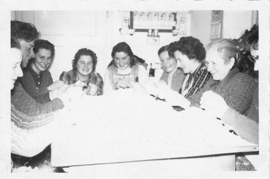 Hörersdorf:  Ferdernschleißen in der Küche v. Fam. Juliana und Matthias Strebl (ehem. Haus Nr. 77) im Jänner 1960 - Foto von Gertrude Schmidt