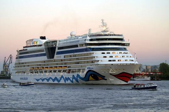Die AIDAluna ist das jüngste Schiff der AIDA Flotte und am 4. April 2009 in Palma de Mallorca getauft worden. Jetzt war sie wieder in Hamburg. Am 18. April 2009 lief sie mit Ziel Kiel.