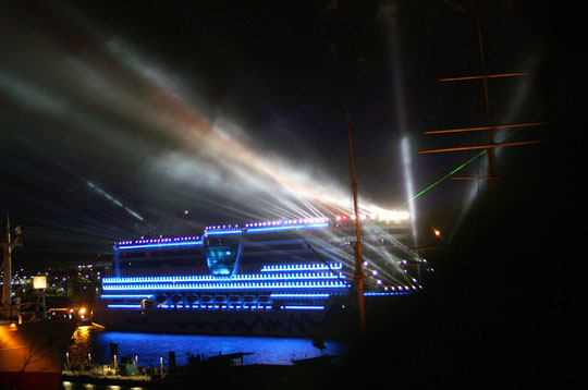 Fahrt des neuen Kreuzfahrtschiff AIDA Diva zur Taufe im Hamburger Hafen.