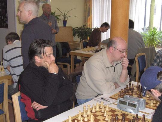 Bei unseren Heimkämpfen spielen immer mehrere Mannschaften gleichzeitig. Die vielen Spieler sorgen für eine echte Turnieratmosphäre.