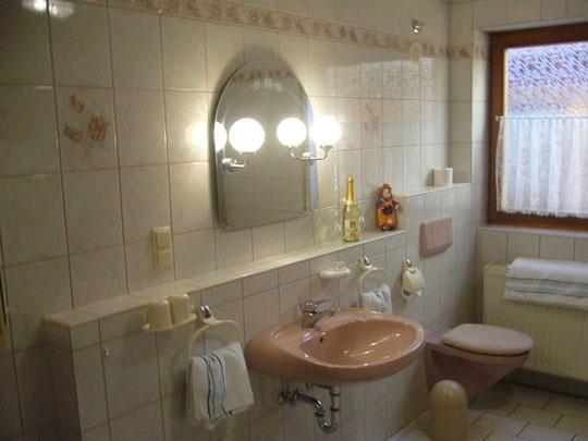 Wunderschönes, großes Badezimmer mit Dusche + Wanne!