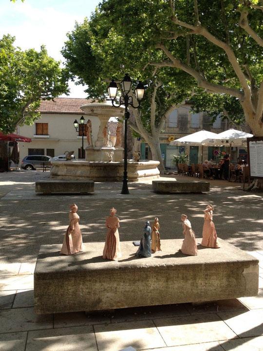 Au premier plan, les sculptures exposées sont de BA Sculpture, Eyguières