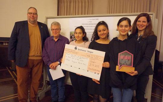 Von links Peter Schulte, Dieter Solms, Schüler der Ganztagshauptschule Achenbach und Frau Tanja Voosen (Foto Frau Jakob)