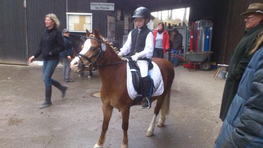 Victoria reitet ihren ersten Reiterwettbewerb auf Greenhof`s Medinilla ( Meggie ) !!!