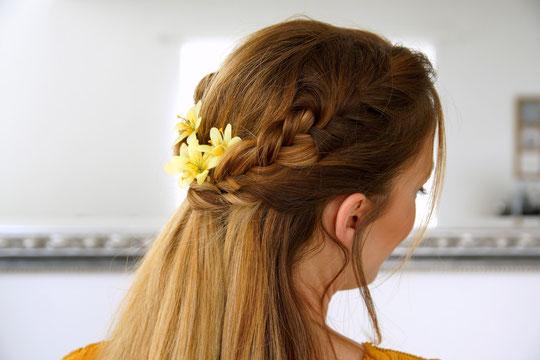 Die schöne Melanie von Beautype hat eine Anleitung zu dieser tollen Frühlingsfrisur gepostet.