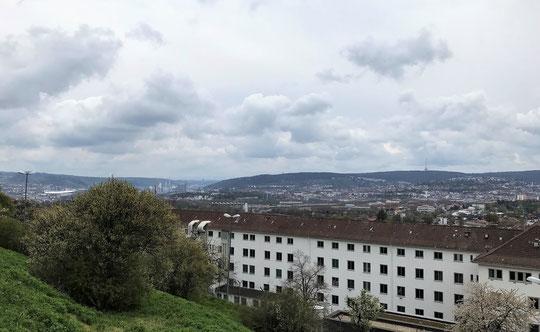 """Das Stuttgarter Polizeipräsidium von oben - links im Hintergrund ist der Cannstatter Wasen zu erahnen, wo die """"Initiative Querdenken"""" gerne gegen Corona-Maßnahmen demonstriert, und dabei auch die Medien anfeindet. (Bilder: Pfalzgraf)"""