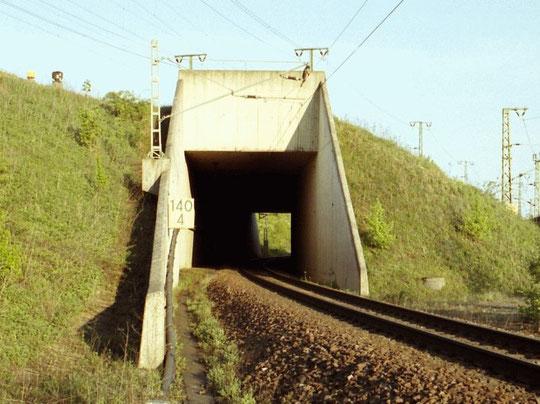 Richtungsgleis Vaihingen - Illingen. Das Gleis der Gegenrichtung liegt einige Meter weiter südlich, rechts neben dem Bahndamm. Ca. 100m hinter dem Fotostandort liegen beide Gleise wieder nebeneinander und führen dann gemeinsam zum Bahnhof Illingen/Württ.