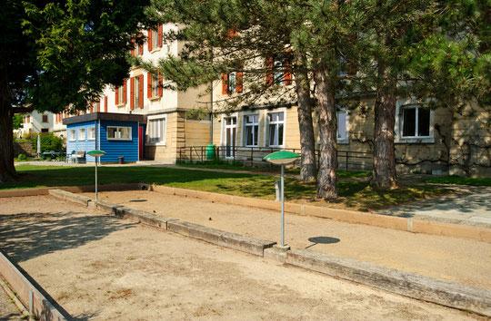 Possibilité des faire des activités en plein-air dans le jardin de l'institution, comme de la pétanque (© YL)