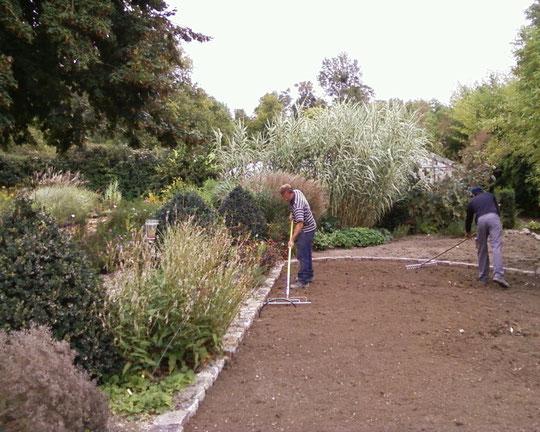 """Réfection des pelouses à la pépinière du """"Jardin du Clos"""". Finitions au rateau...."""