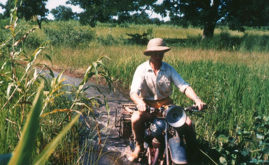Das Pflügen mit Eseln wurde auch in anderen Dörfern oder Missionstationen vorgeführt. Dazu mussten manchmal lange Fahrten in Kauf genommen werden.