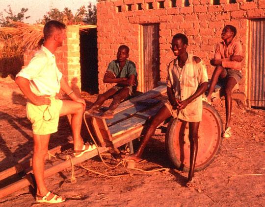 """Tony Mailliet mit seinen Ackerbauschülern Jean-Baptiste Bayala, Antoine Zawatogo (hinten rechts - obwohl er hier """"etwas unaufmerksam"""" wirkt: sein Musterschüler ;-)   und Jean-Baptiste aus Yako (vorne rechts)"""