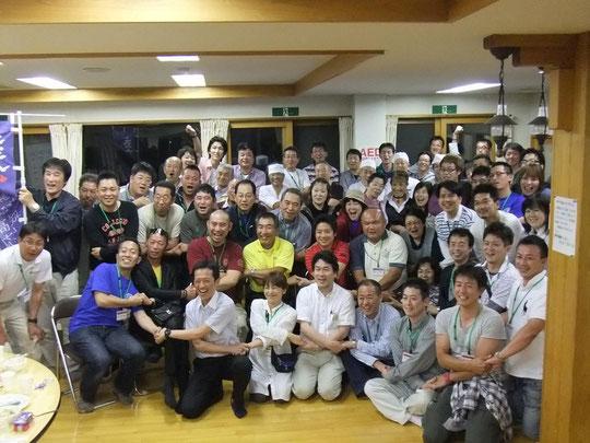松島町野外活動センターで地元の皆さんと一緒に食事をして交流を深める