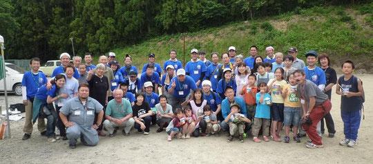 南三陸町志津川高校の避難所の皆さんと一緒に記念撮影