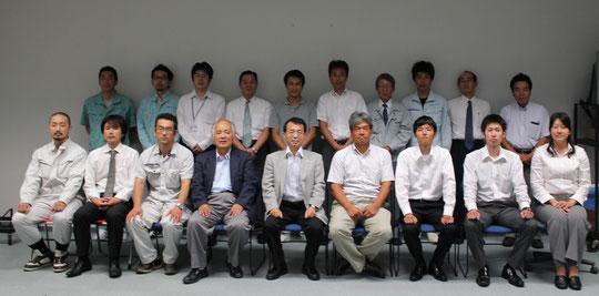 右城猛技術委員長と久保田明副技術委員長を中心にして受講生全員で講義終了後に記念撮影。