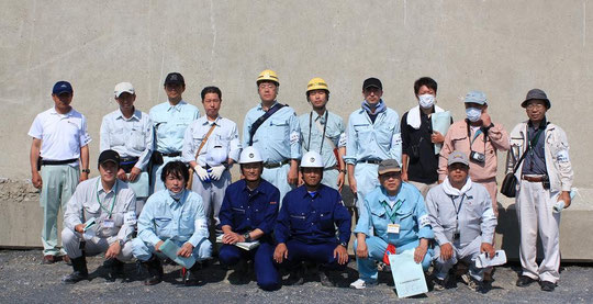 石巻漁港。前列中央のヘルメットを被ったお二人は高知県土木部の廣末様と安田様
