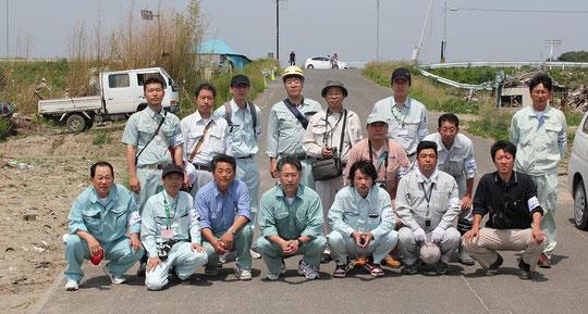 手つかずの状態にある仙台市藤塚。前列の左から3人目と4人目が名取市職員の引地様と桜井様。