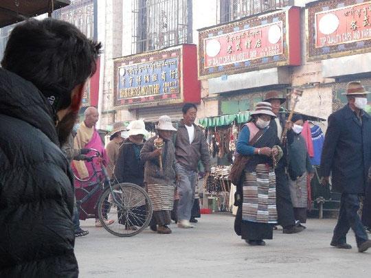 Les foules de pelerins autour du temple de Jokhang