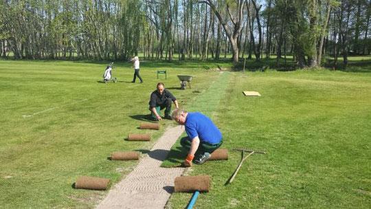 Im Hintergrund der Teich an der Spielbahn 7. Der Graben für das Rohr ist schon wieder verfüllt und im laufenden Spielbetrieb wird Rollrasen verlegt. In ein paar Wochen wird man schon nichts mehr sehen können.