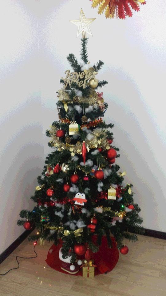 Je vous souhaitre à tous et à toutes un JOYEUX NOEL 2014! Voici mon sapin décoré avec mes enfants. Il attend comme chaque année beaucoup de cadeaux. Que va porter le Père-Noël cette année?