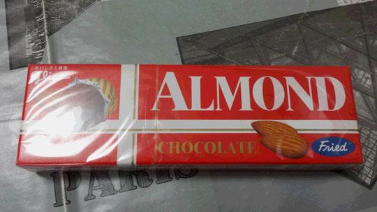 Un paquet de chocolat aux amandes.