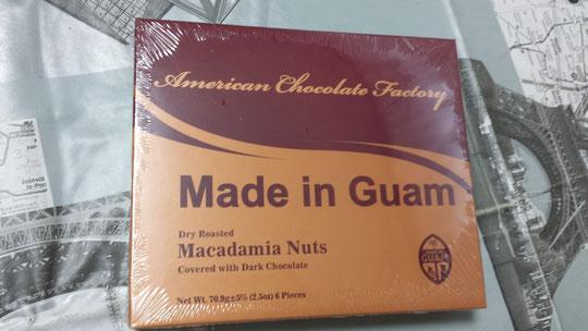 Une carte postale et des chocolats de Guam
