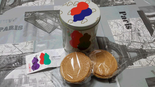 Souvenirs du Japon : des senbeis avec une jolie boîte assortie