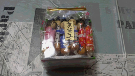 De petits gâteaux emballés en forme de poupée japonaise, souvenirs de Kyoto