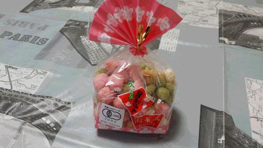 De petits bonbons multicolores de Hinamatsuri