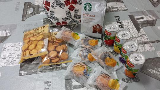 Du café, des biscuits, des pâtisseries et des jus à gogo