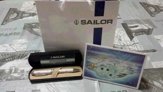 Un resplendissant stylo 2 couleurs et porte-mine de chez Sailor accompagné d'un petit message très gentil.