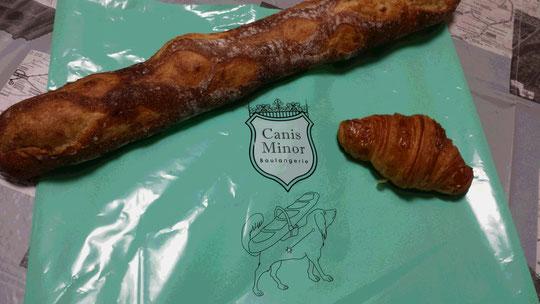 Une baguette et un croissant de la boulangerie Canis Minor.