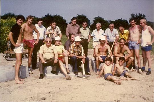 """Viele Prominente auf dem Bild: Vermutlich """"Spatenstich"""" für das Kleinspielfeld Ende der 70er. Das Kleinspielfeld wurde als erstes, also vor dem Clubhaus errichtet."""