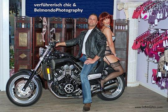 """Im Dessousfachgeschäft """"verführerisch chic"""" mit dem Sponsor des Motorrades für die ersten Tage als Schaufensterdekoration. Ich danke Dir lieber Jörg (hier auf dem Foto zu sehen) für das schöne Bike, so konnte ich auch mal im Schaufenster sitzen!"""