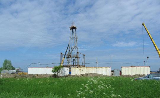 на подъезде к Бранденбургу (Ушаково) вновь ставят нефтевышку.