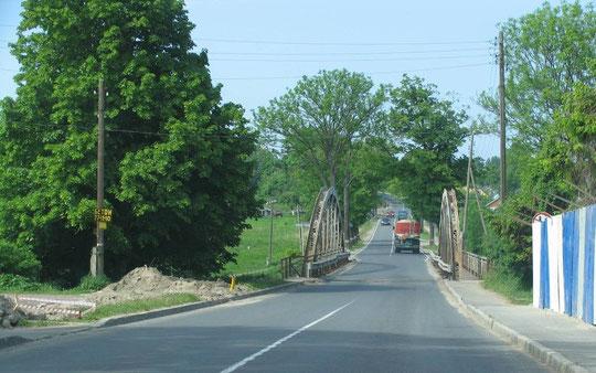 знаменитый мост через реку Фришинг (переводится как Прохладная.) разделяет посёлок на две части