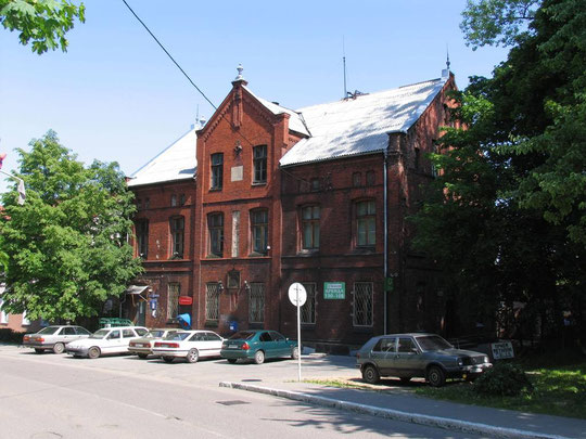 На этом старом здании почты, где после 1945 г. попрежнему почта сохранился древний почтовый знак