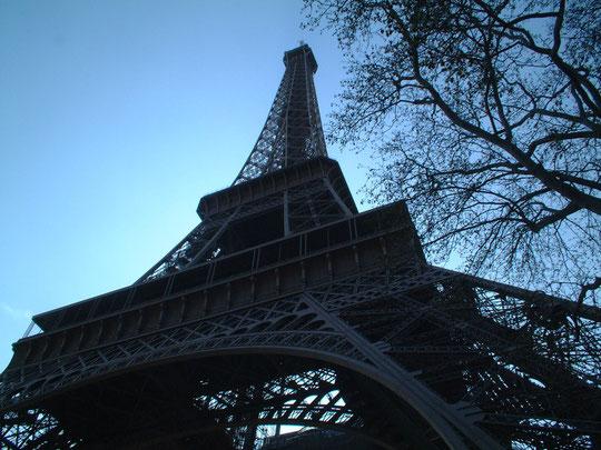De bafaamde Eifeltoren ontworpen door Gustav Eiffel in 1889. Dit 317 meter hoge bouwwerk is wel de publiekstrekker van Parijs.