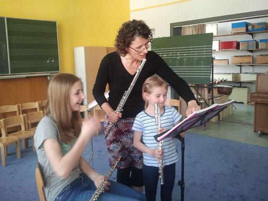 Querflötenunterricht mit jungen Schülern