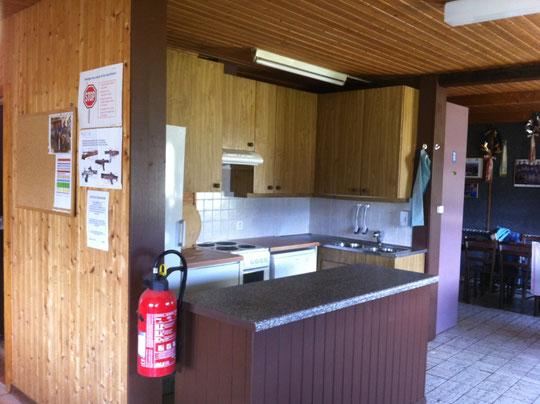 Cuisine agencée, 2 frigos, cuisinière électrique 4 plaques avec ventilation, lave-vaiselle