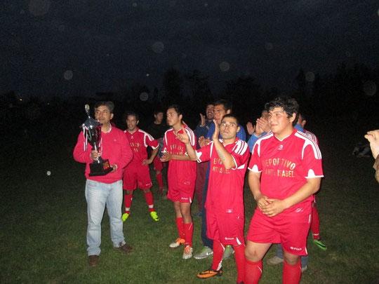 Santa Isabel, campeon campeonato de Fiestas Patrias, reciben trofeo de  Manos de Rene Diaz Canales hijo de Mario Diaz Cubillos