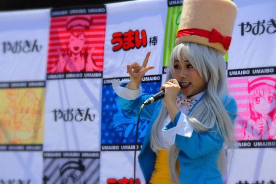 「ウマイネーム イズ うまみちゃん」を熱唱するUMAINAさん