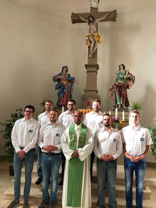 v.l. Andreas Bauer, Ken von Ehr, Steven von Ehr, Simon Tritz, Pater Ignasius, Michael Backes, Pascal Jung, Lukas Backes