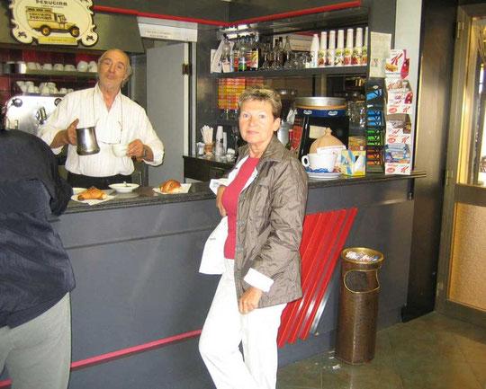 Frühstück italienisch - an der Bar mit Cappu und Cornetto