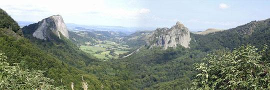Tuilères à gauche, la vallée de Fonsalade au centre et Sanadoire à droite, vues du col de Guéry (1268m).