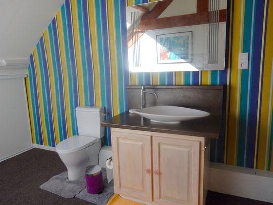 cabinet de toilette à l'étage avec vasque galet et wc couleur mur ocre outremer turquoise
