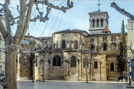 Cathédrale Saint-Apollinaire vue de la place des clercs (source: Morburre)