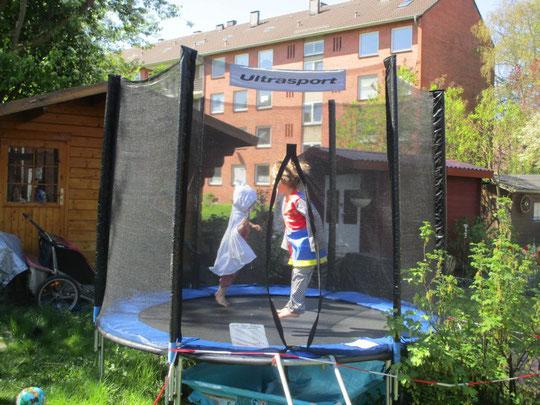 Spaß im Garten für Kinder: ein Trampolin ist großartig